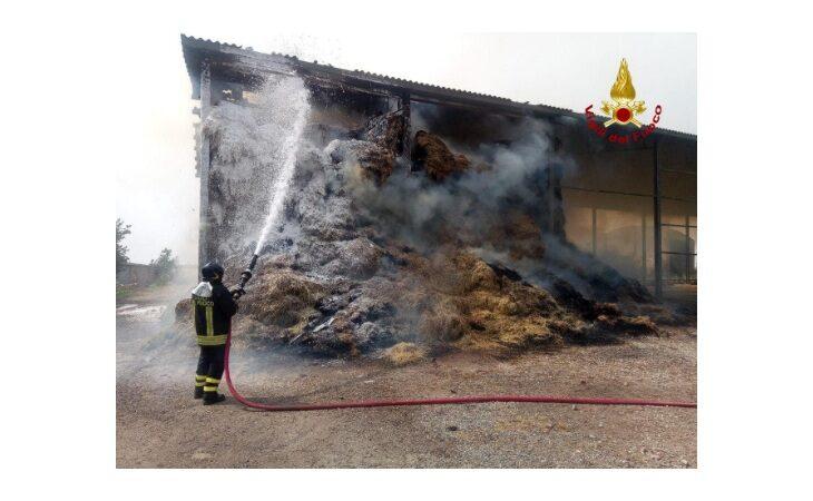 Fienile in fiamme a Medicina, vigili del fuoco evitano il peggio