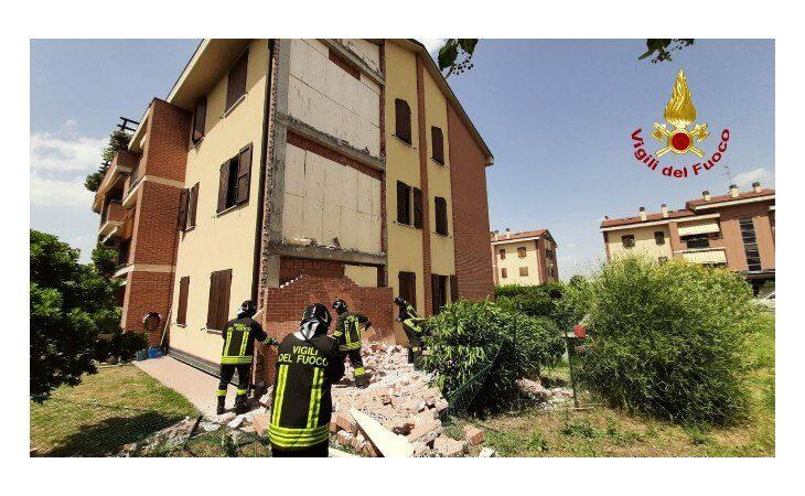 Paura ad Ozzano, crollato il muro esterno di un condominio