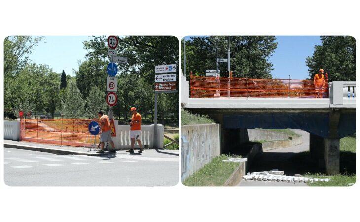 Trattore abbatte la balaustra del ponte di viale Dante, i detriti finiscono sulla ciclabile