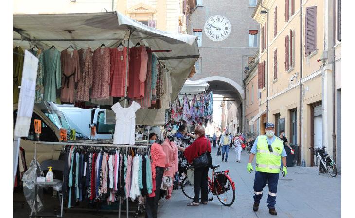 Meno bancarelle, il mercato ambulante di Imola si riorganizza