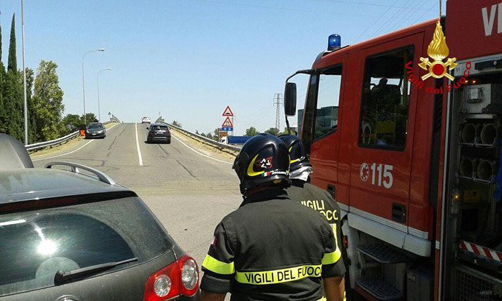 Scontro all'incrocio tra due auto a Imola, due feriti