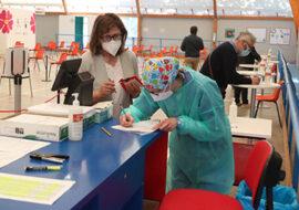 Coronavirus, sms dell'Ausl per anticipare il richiamo Astrazeneca agli over 60. Tamponi rapidi gratis in farmacia per i centri estivi