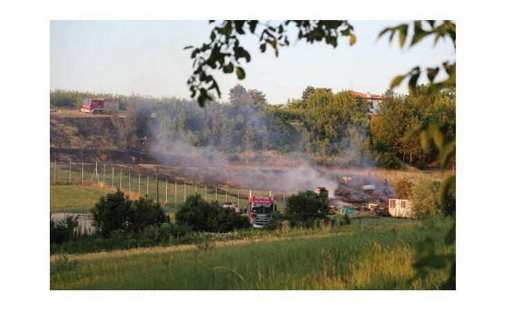 Terreno in fiamme, paura per un deposito di fuochi d'artificio
