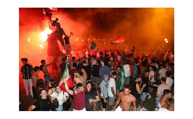 Italia sul tetto d'Europa, a Imola cori e tifo da stadio in viale Dante. Le immagini più belle