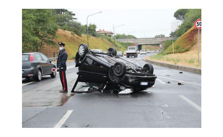 Sull'asse attrezzato perde il controllo dell'auto e si ribalta, ferita 23enne
