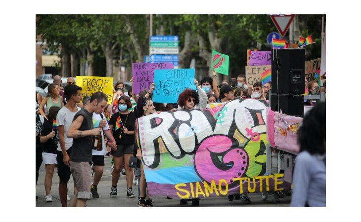 «Imola Pride 2021», il corteo di Rivolta Gaya attraversa e colora la città – Le immagini