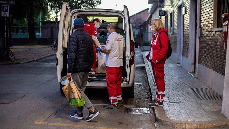 """Coronavirus, il 70% ha ricevuto almeno una dose di vaccino. Donini: """"Immunità di gregge per over 60 in regione"""". A Imola dosi per i senzatetto con Cri e Caritas"""