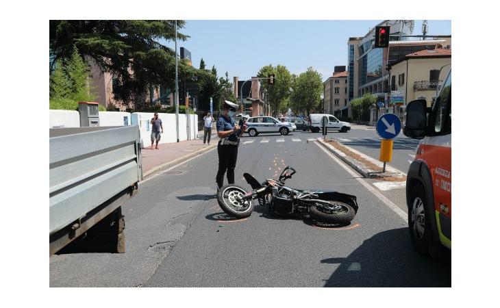 Furgone contro moto all'incrocio, due 16enni all'ospedale