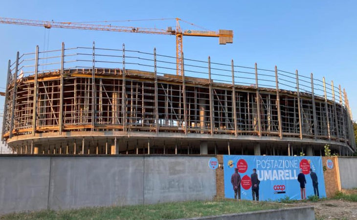 Coop Reno, una «postazione umarell» al cantiere del nuovo centro direzionale a Castel Guelfo