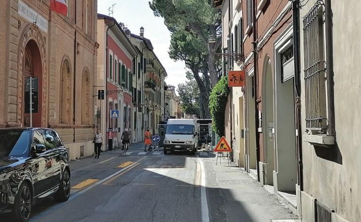 In via Cavour è ritornato il senso unico in uscita, prorogati i lavori per palazzo Calderini