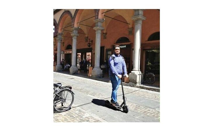 Monopattini, l'assessore regionale Corsini: «Serve una legge che renda obbligatori assicurazione, frecce, casco e targa»