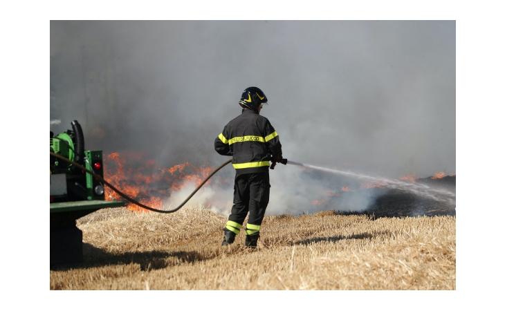 Incendio vicino alla linea ferroviaria tra Ozzano e Castello, ritardi nella circolazione dei treni