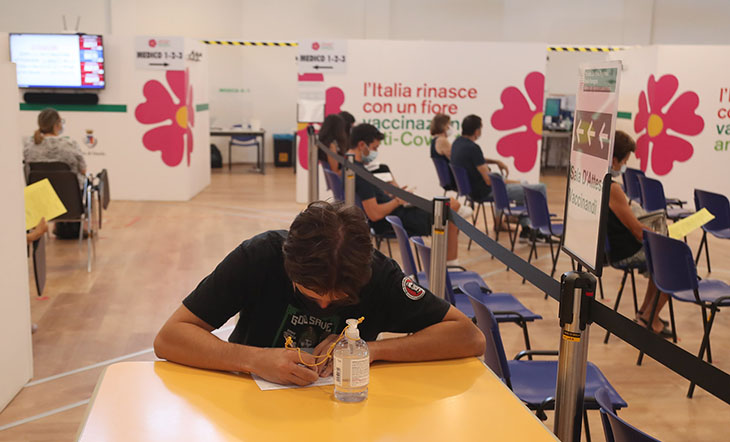 Coronavirus, a Imola primo giorno di vaccinazione per i ragazzi senza prenotare. Green pass per i visitatori in ospedale e al pronto soccorso