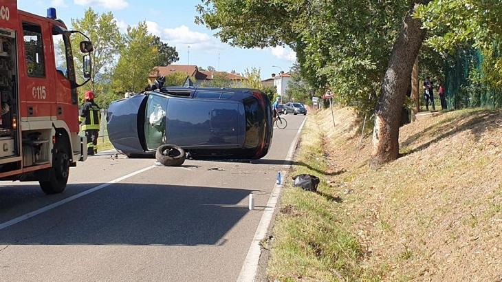 Perde il controllo dell'auto e si ribalta, ferito un 24enne in via Punta