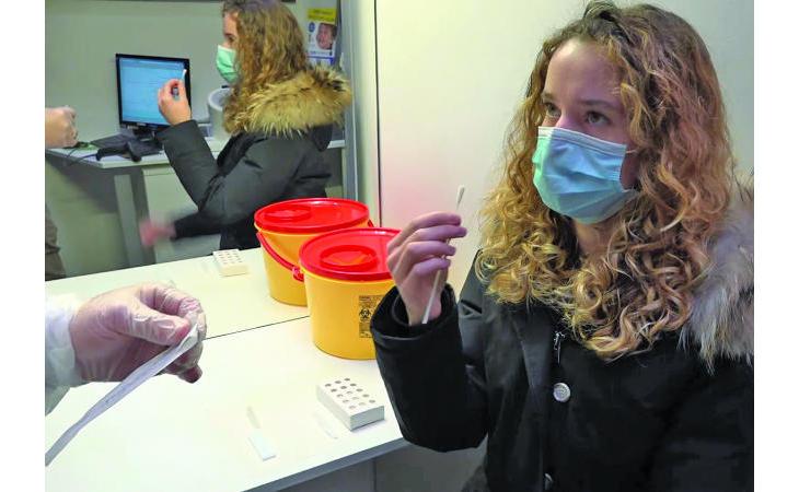 Coronavirus, tamponi gratis in farmacia solo per under 12 e chi non può vaccinarsi