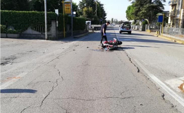 Auto contro moto sulla San Carlo, 35enne in elisoccorso al Maggiore