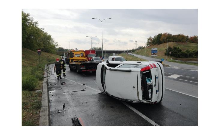 Pomeriggio nero sulla Bretella, due incidenti in poche ore e auto ribaltata