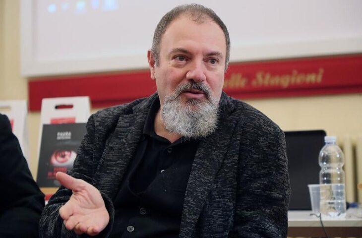«Turno di notte», stasera la premiazione del concorso letterario ma senza… Lucarelli