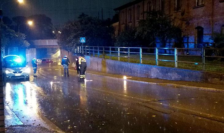 Maltempo, a Imola due auto bloccate nel sottopasso allagato di via Vittorio Veneto