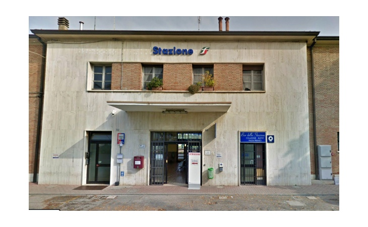 Persona investita sui binari a Castel San Pietro, treni cancellati e traffico sospeso